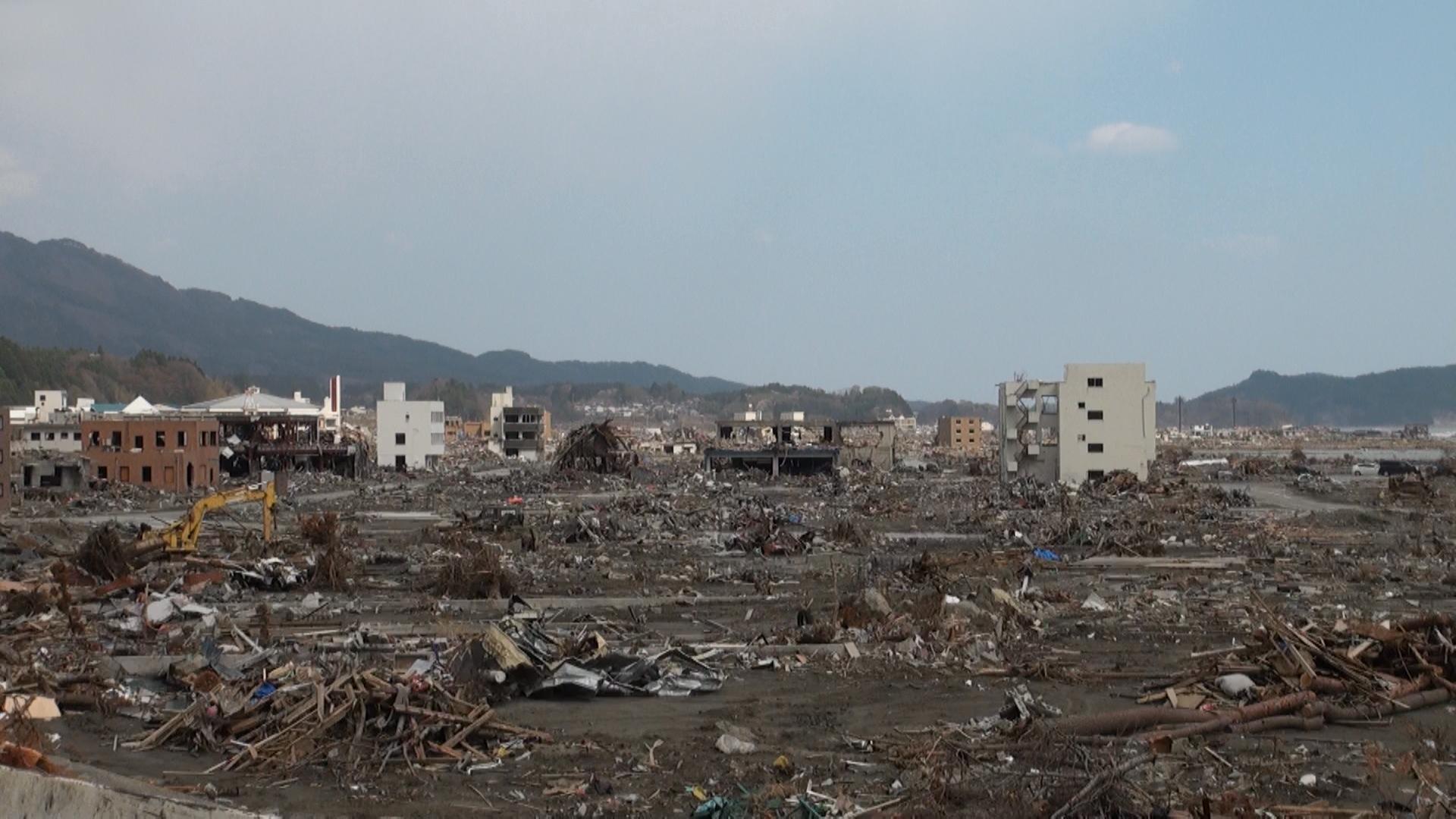 高田町 海と平行に見た。 片付けられる前はどんなにひどい状況 だったか。