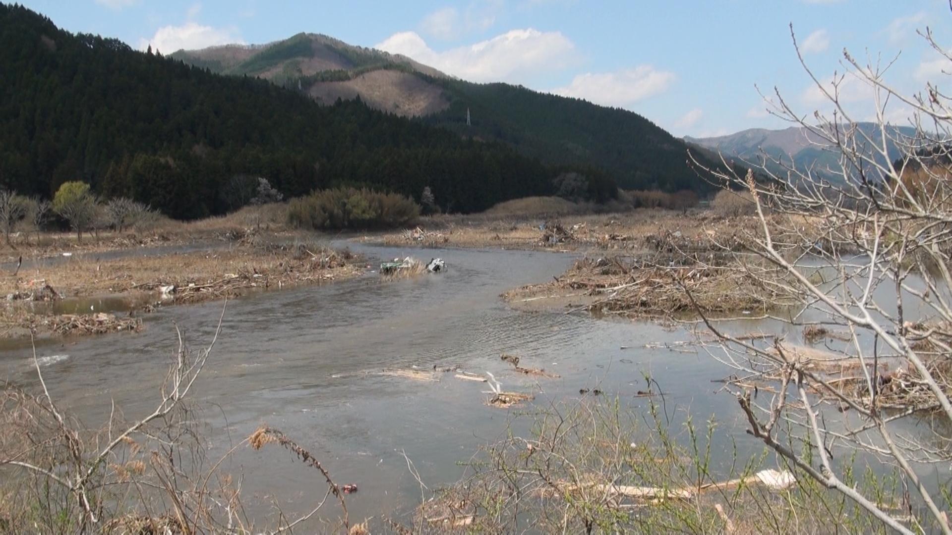 竹駒町。気仙川。 河口からかなり上流付近。 未だ捜索できずにあるという。