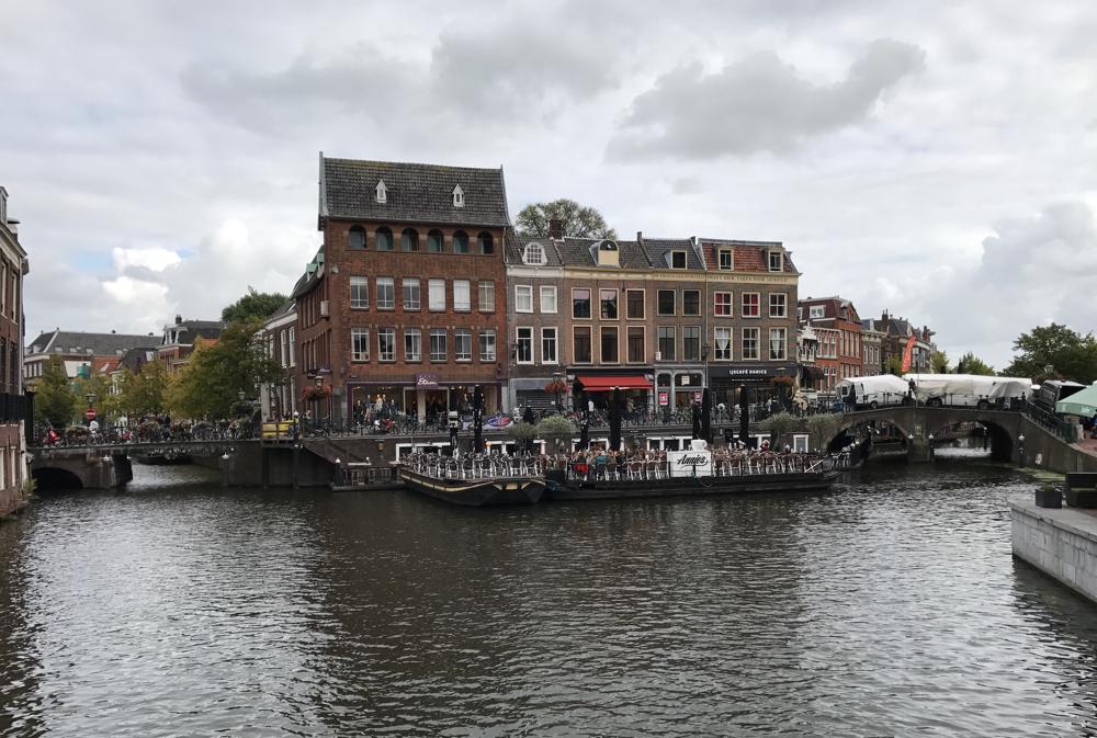Von links kommt der Oude Rijn, rechts der Nieuwe Rijn