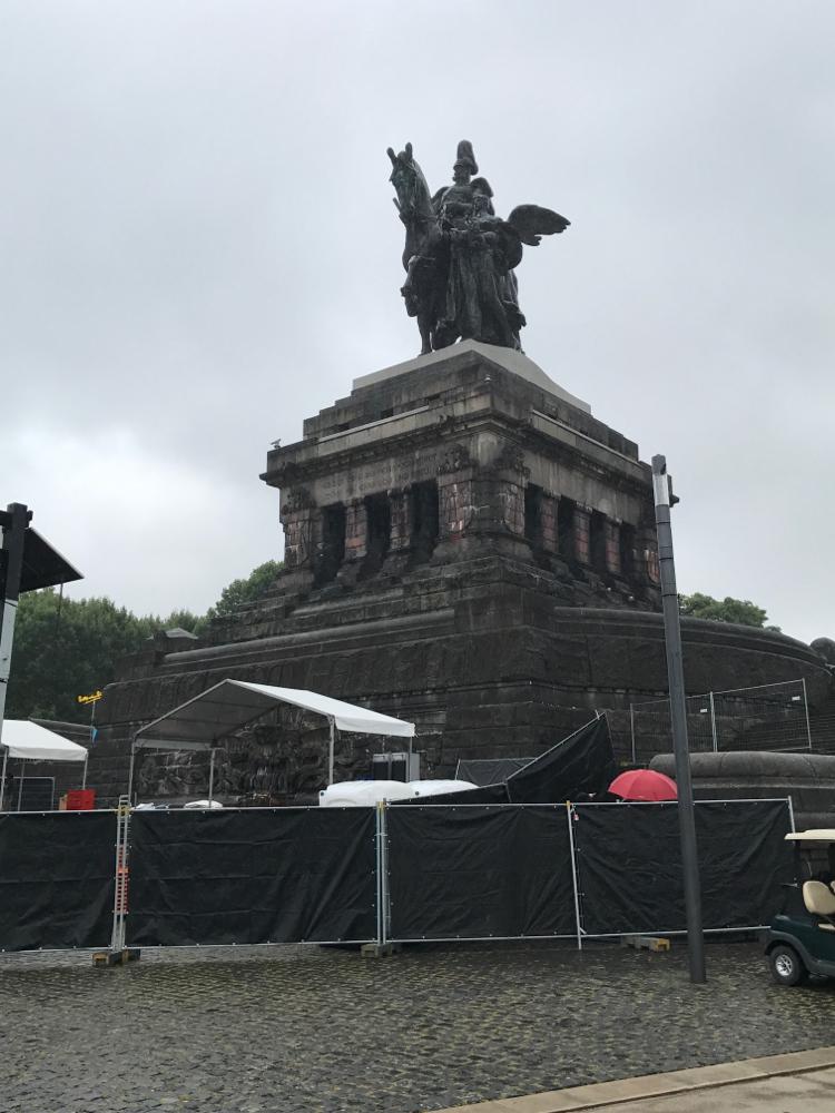 Kaiser Wilhelm Denkmal...ob es schön ist, mag jeder selbst entscheiden, groß ist es auf jeden Fall ( mit Sockel 37 m hoch)