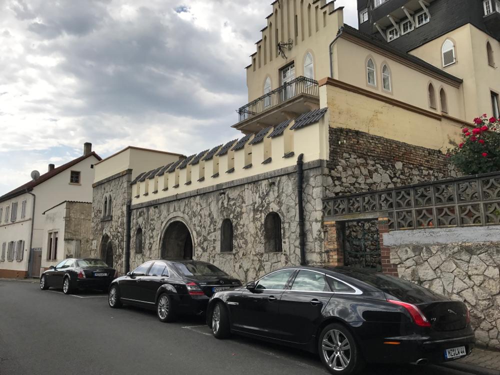 Maserati, S Klasse, Jaguar vor einem Weingut