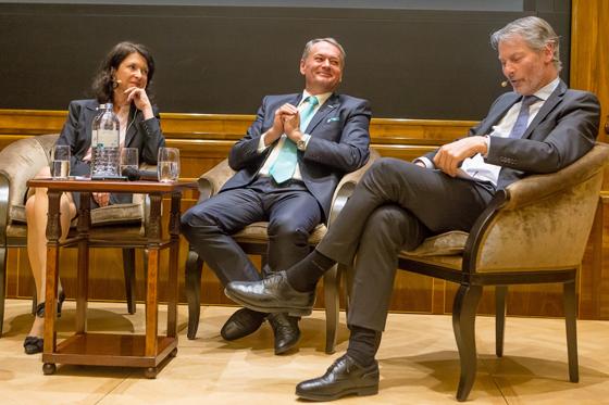 Mag. PhDr. Susanne Höllinger, Mag. Heinz Mayer (Vorstandsmitglied der Schoellerbank AG) und Dr. Christian Ohswald (Vorsitzender des Vorstandes der Deutschen Bank Österreich AG)