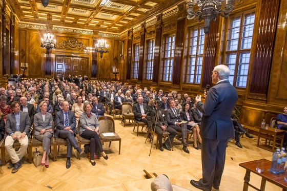 Mag. Charles van Erp begrüßt die geladenen Gäste