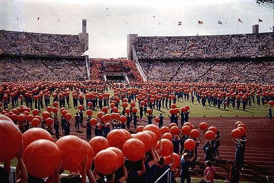 Deutsches Turnfest in Berlin 1987. Zu sehen ist die Abschlussfeier im Olympiastadion.