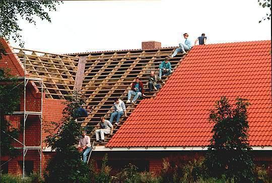 """Dachdeckung des neuen Vereinsheims """"Haus im Sick"""" 1993."""