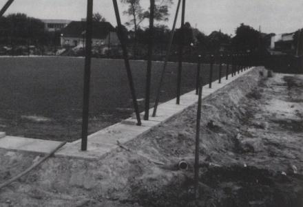 Bau des Tennisplatzes 1981.