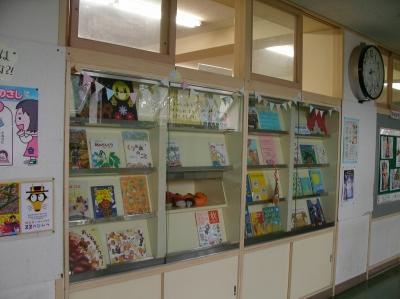 図書室廊下の戸棚にはどんな本があるのかな。