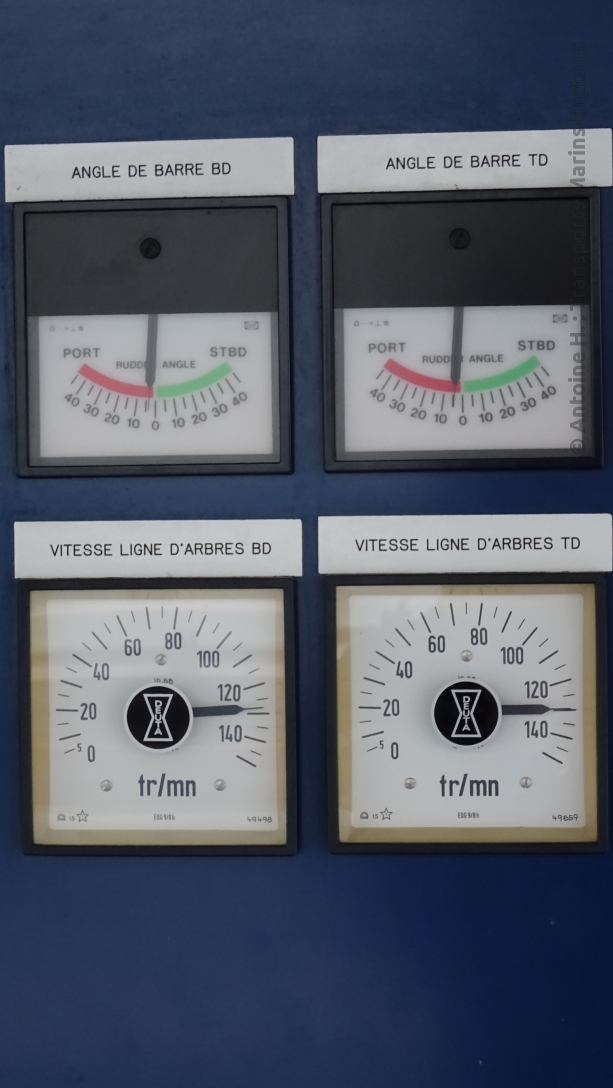 Devices showing the speed of the propeller shaft (rpm) and the rudder's direction