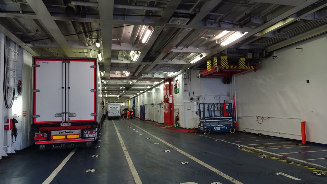 The container lift to deck 02 (right)