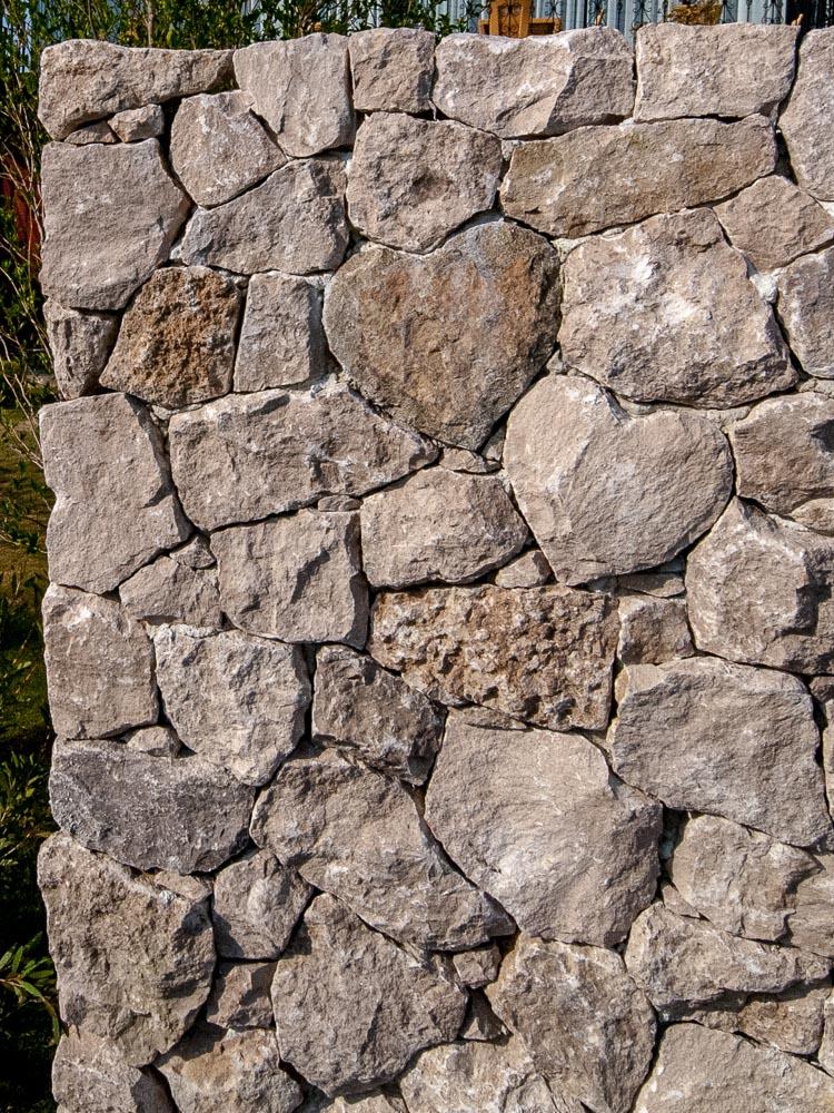 ハートの石積み