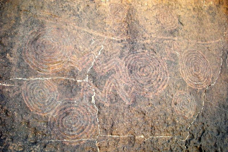 Un labirinto di spirali scolpite sulla roccia fotografato nella zona del Tan Ahaggar in Algeria. Si ritiene che queste figure possano raffigurare delle costellazioni (in questo caso le Pleiadi) oppure siano dei simboli d'acqua (vortici)