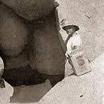 Almasy di fronte all'ingresso della Caverna dei nuotatori, a Wadi Sora, nel Gilf Kebir
