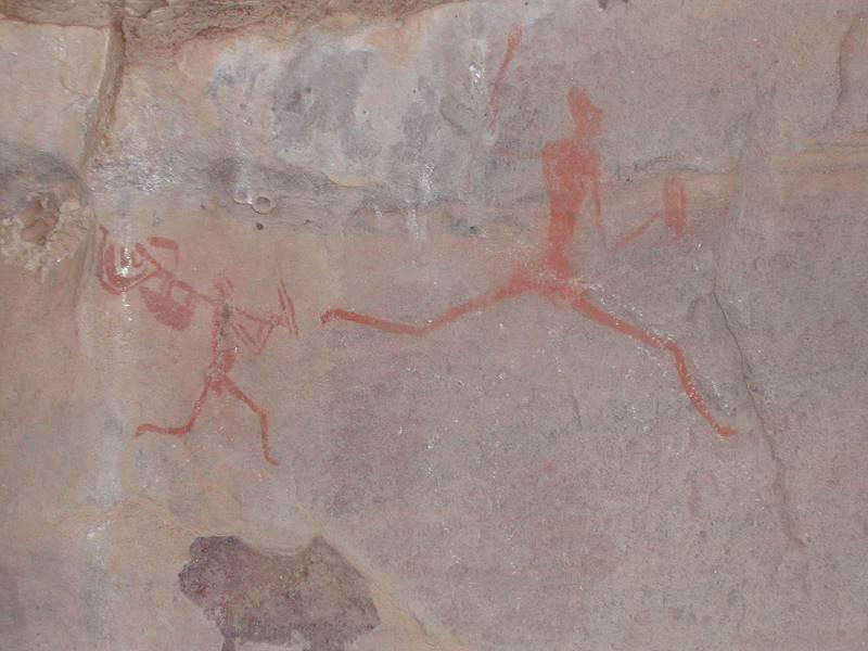 Tadrart Akakus – Wadi Teshuinat: scene di caccia e raffiguranti animali che un tempo abitavano queste savane. Siamo tra il9000 e il 6000 a. c. e lo si può notare dalla sovrapposizione di stili visibile nella foto centrale.