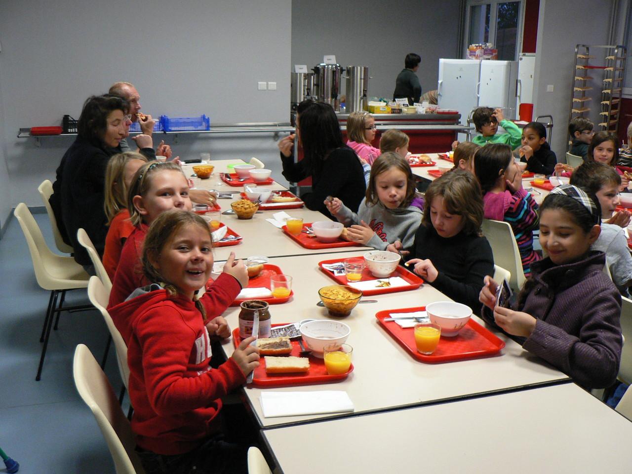 Petit déjeuner copieux et énergétique au centre d'hébergement municipal de Moncany (Fumel)