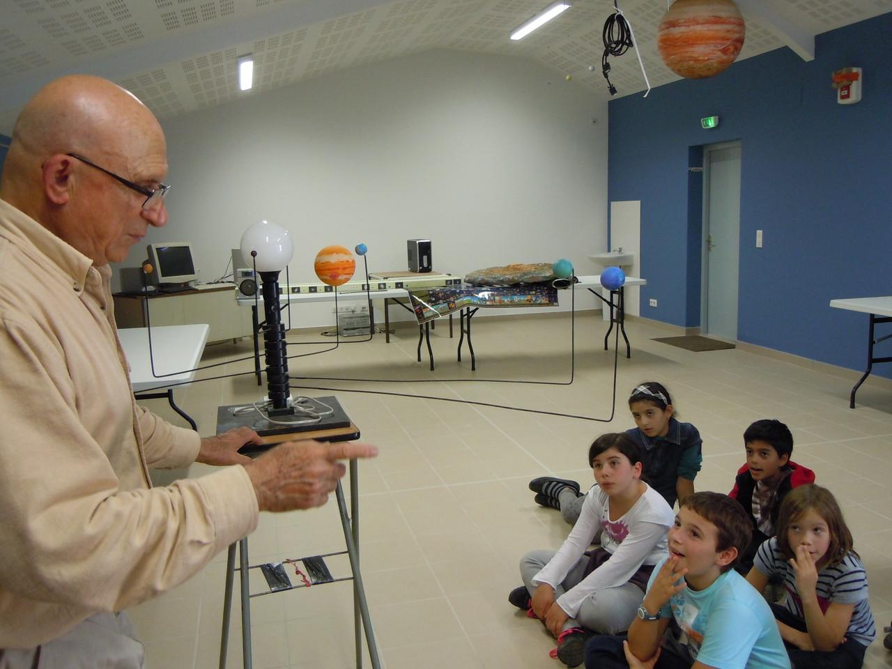 Jour 2 : Dans la toute nouvelle salle, les élèves écoutent les explications de Claudius
