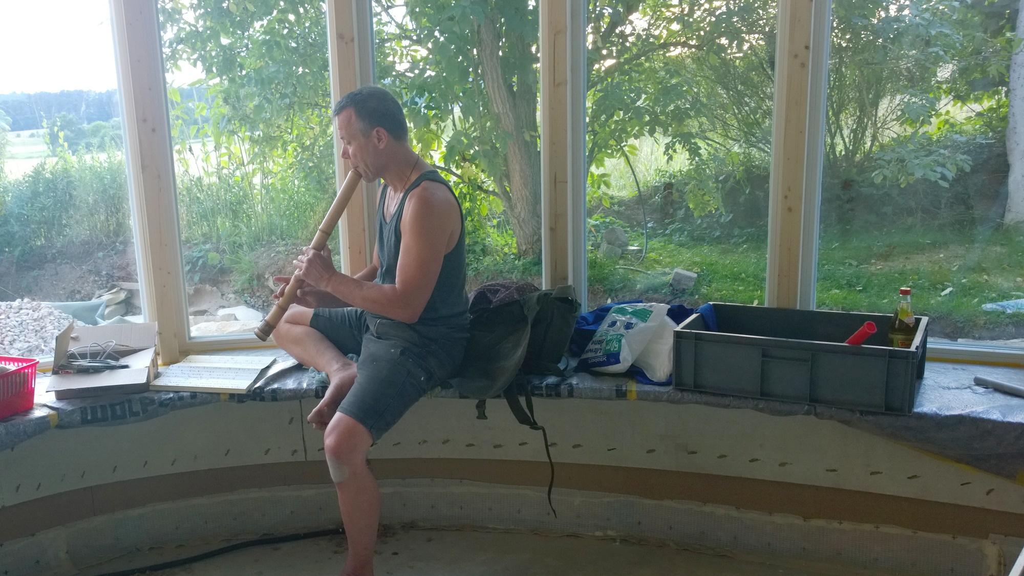 musikalische Begleitung durch Inspirator und Künstler Harald Kienle