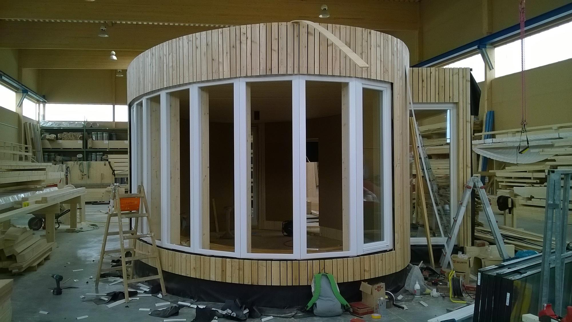 der Anbau mit Holzverschalung und Fenstern