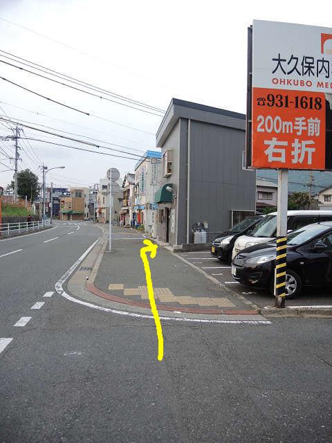 右にあるのが当店。