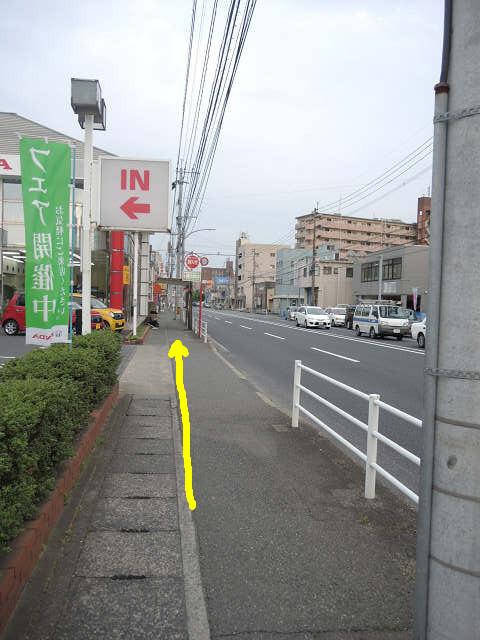 次の信号までまっすぐ。足場が悪いので注意です。