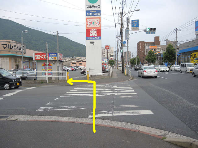 マルショクを左に曲がります。ここまで順調なら分位。