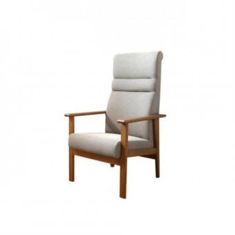 高齢者の体形に合う様に制作した椅子です。