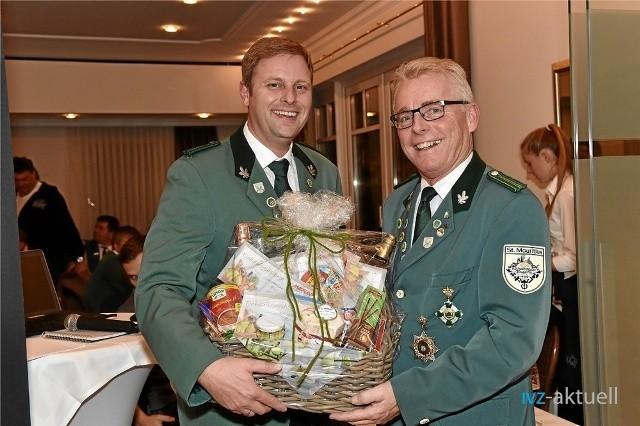 Einen Präsentkorb zum Dank überreichte der neue Vorsitzende Oliver Otte an Ulrich Remke, der 20 Jahre im Vorstand mitarbeitete,  davon zehn Jahre als Vorsitzender. ( Foto: Heinrich Weßling )