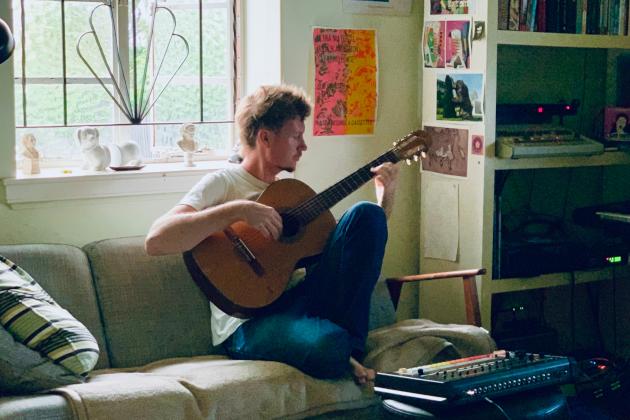 Bild zeigt Marly Lüske mit Akustik-Gitarre und Synthesizer zuhause. Credit: Marly Lüske