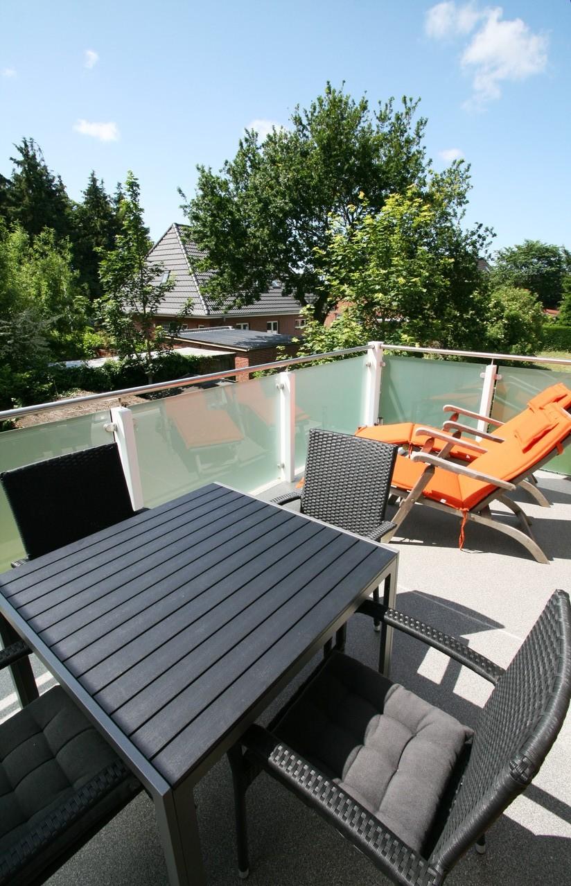der große - neue Südbalkon - 2 Deckchairs - 4 Stühle und Tisch