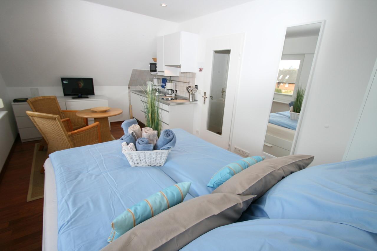 Wohn-Schlafbereich der modernen Ferienwohnung