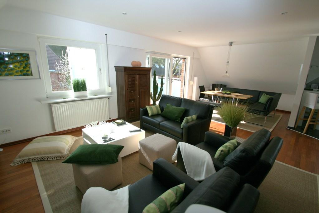 moderner Wohnbereich Leder-Sitzgruppe und Fusshockern