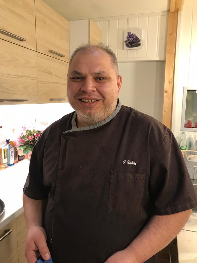 Unser neuer Koch Shpejtim! Er hat die letzten 7 Monate im Rest. Augarten in Rheinau gearbeitet. Seine Küche ist frisch und mediterran, und seine Gerichte sehen einfach genial aus und schmecken auch so. Herzlich willkommen im Hüttli Team Shpejtim, wir sind glücklich darüber, dich in unserem Team zu haben!!!