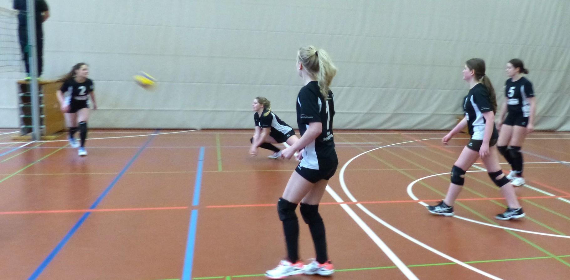 Lea K. antizipiert und bekommt den knappen Ball.