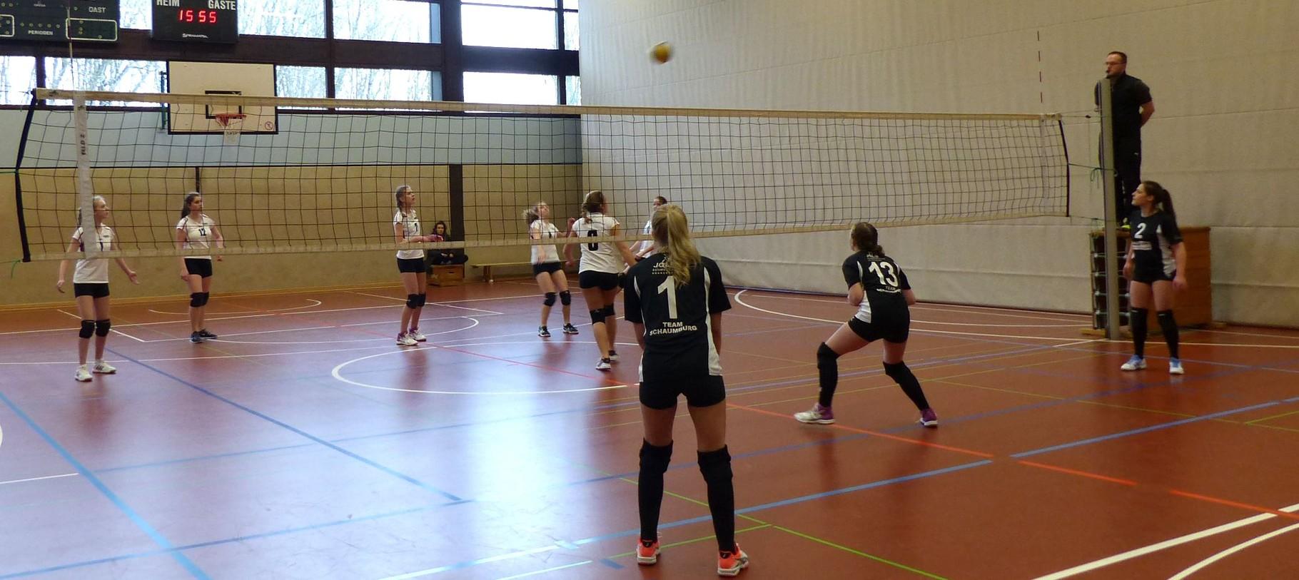 Lea Zimmermann mit gezieltem Ball in den Rücken des Gegners.