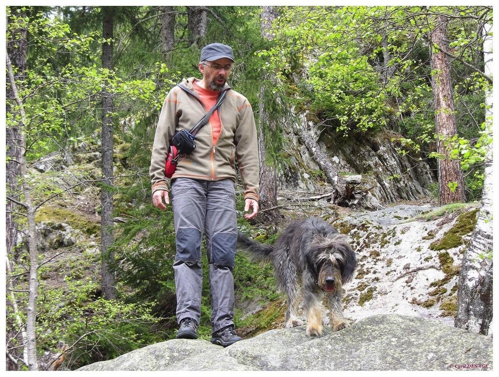 """Comme son maître, Endy est une """"alpiniste"""", elle adore grimper sur les rochers !"""