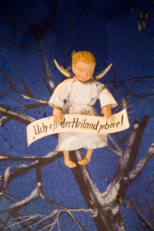 Und allen verkündet der Engel in der Milieukrippe in Lyskirchen auf kölsch: Üch eß der Heiland jebore!