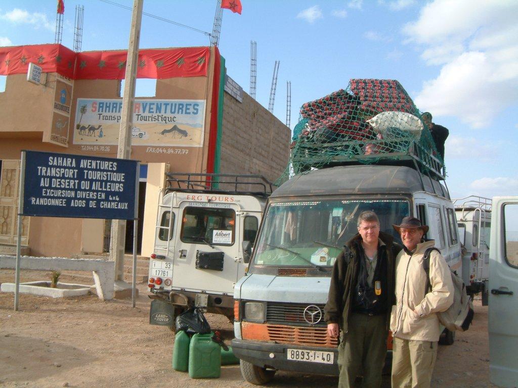 Paul et Benoît devant le minibus chargé
