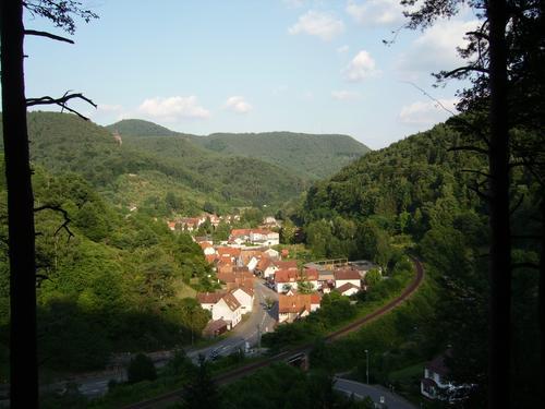 Ferienwohnung im Pfälzerwald, Sonja Anton Rinnthal, Pfalz, Südliche Weinstraße, Blick auf den Ort