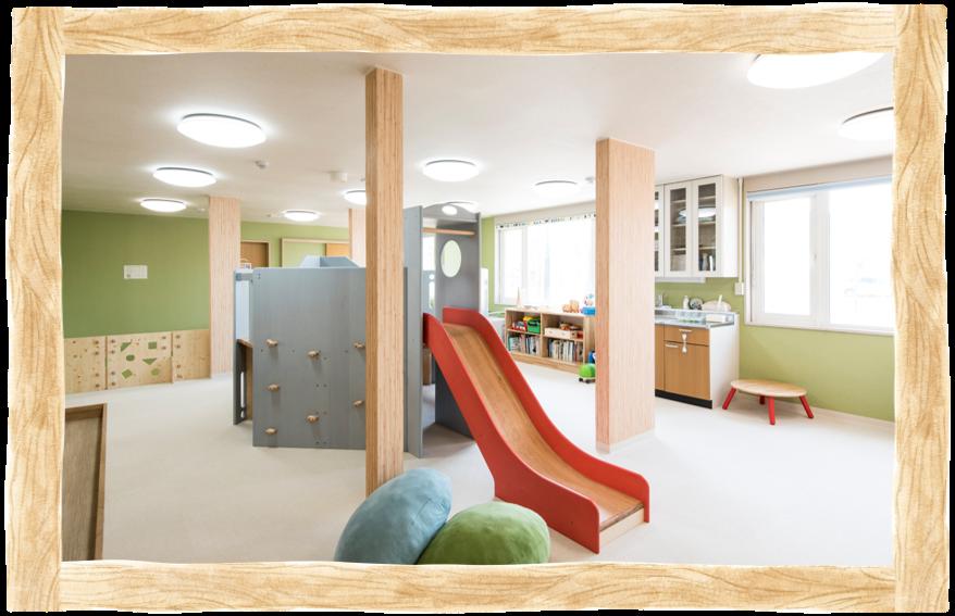 枝幸町にある子育てサポート拠点施設にじの森のキッズスペースは木のぬくもりがいっぱい!