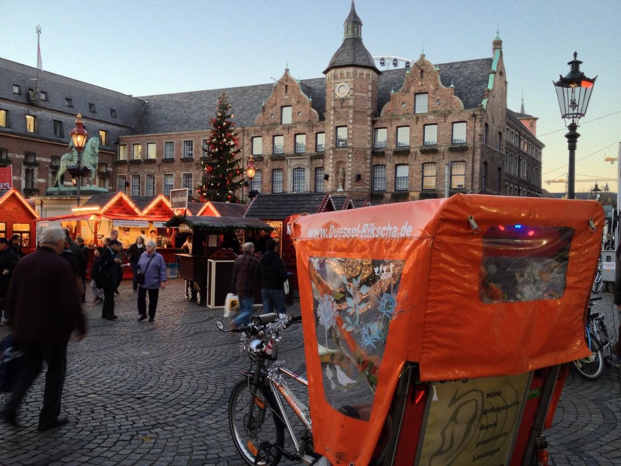 Duesseldorf, Rathausplatz, Weihnachtsmarkt 2012