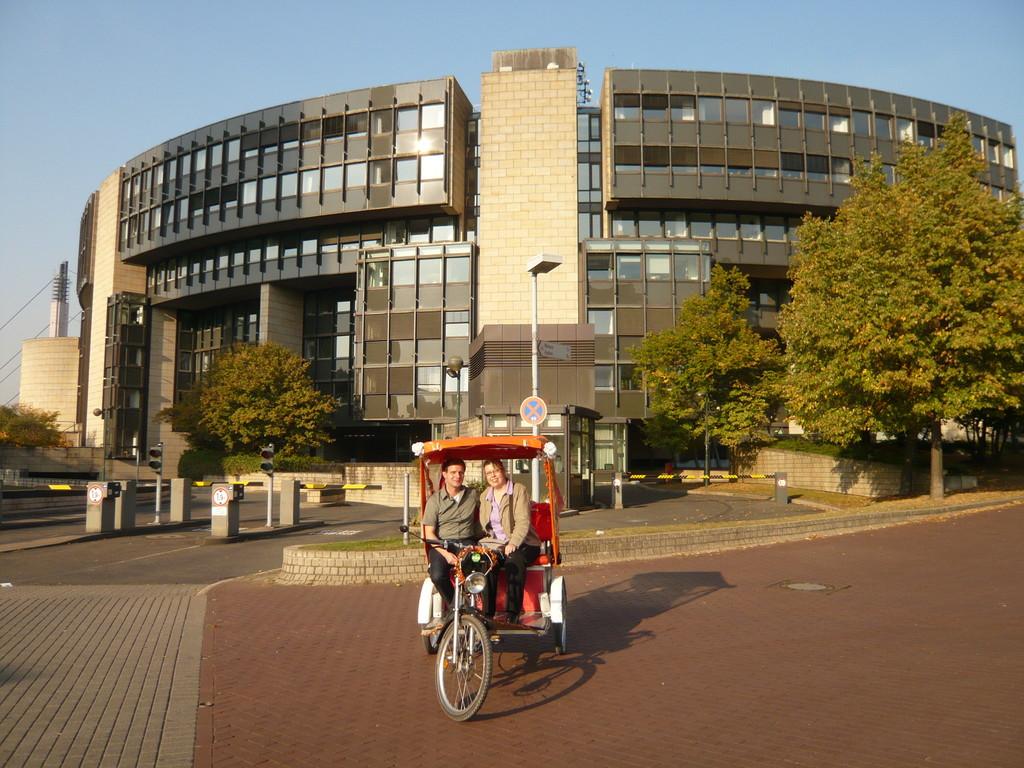 zweistündige Stadtrundfahrt, Fotopause vor dem Landtag