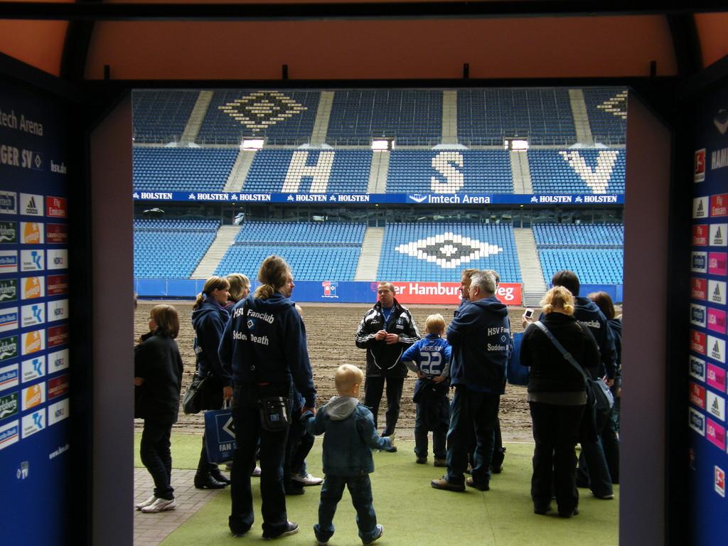 Blick von der Mixed-Zone durch den Spielerkanal zum Stadion