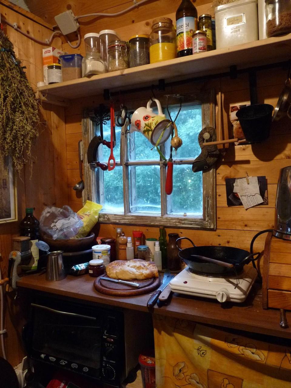 Im Eingangsbereich ist die Küche. Hier die eine Hälfte mit Kochplatte und kleinem Backofen.