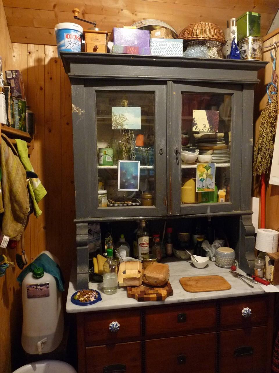 Auf der anderen Seite mein geliebter Küchenschrank.