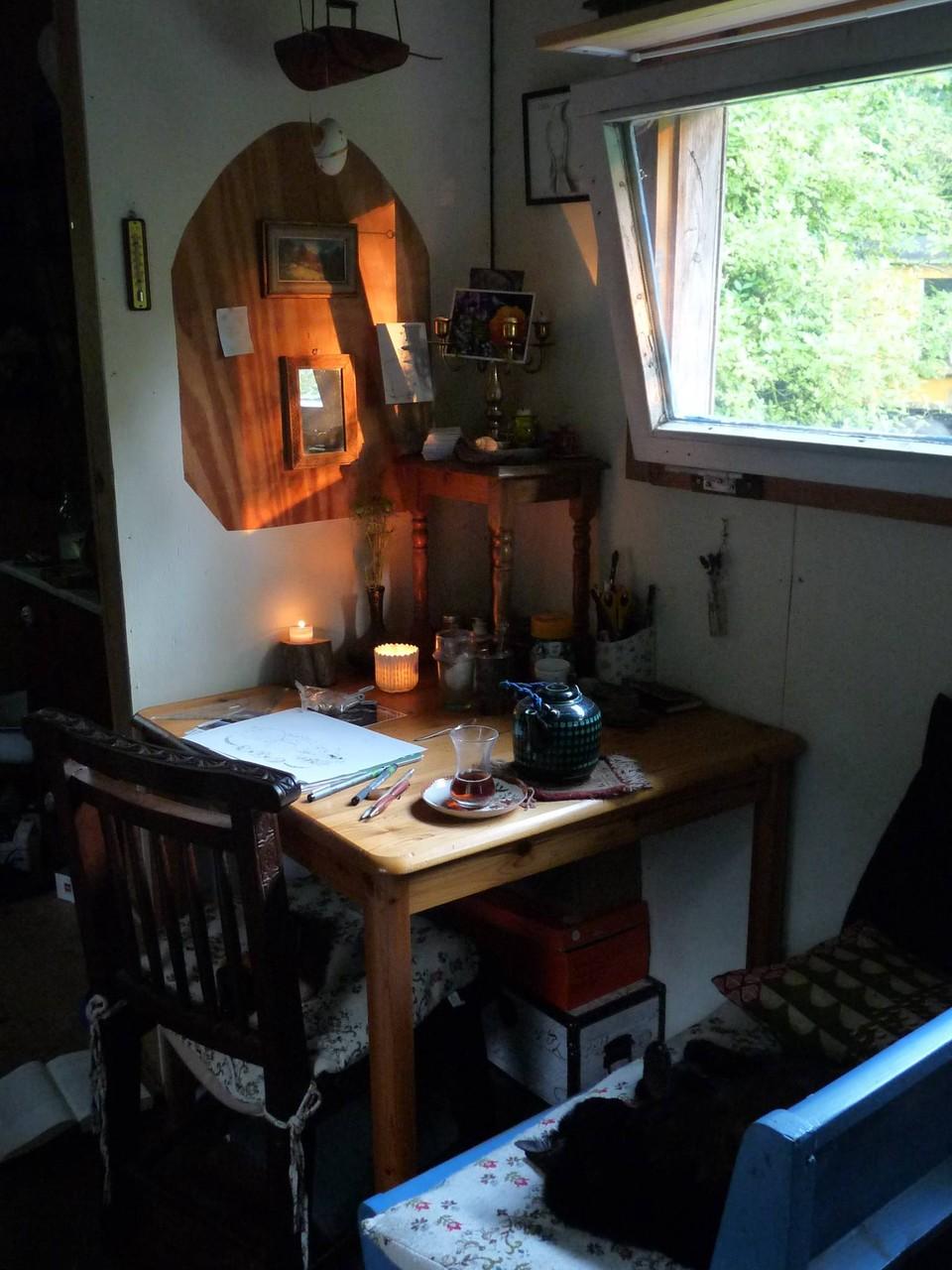 Meine Ess- und Arbeitsecke. Mit Blick auf die Lichtung der alten Obstwiese.