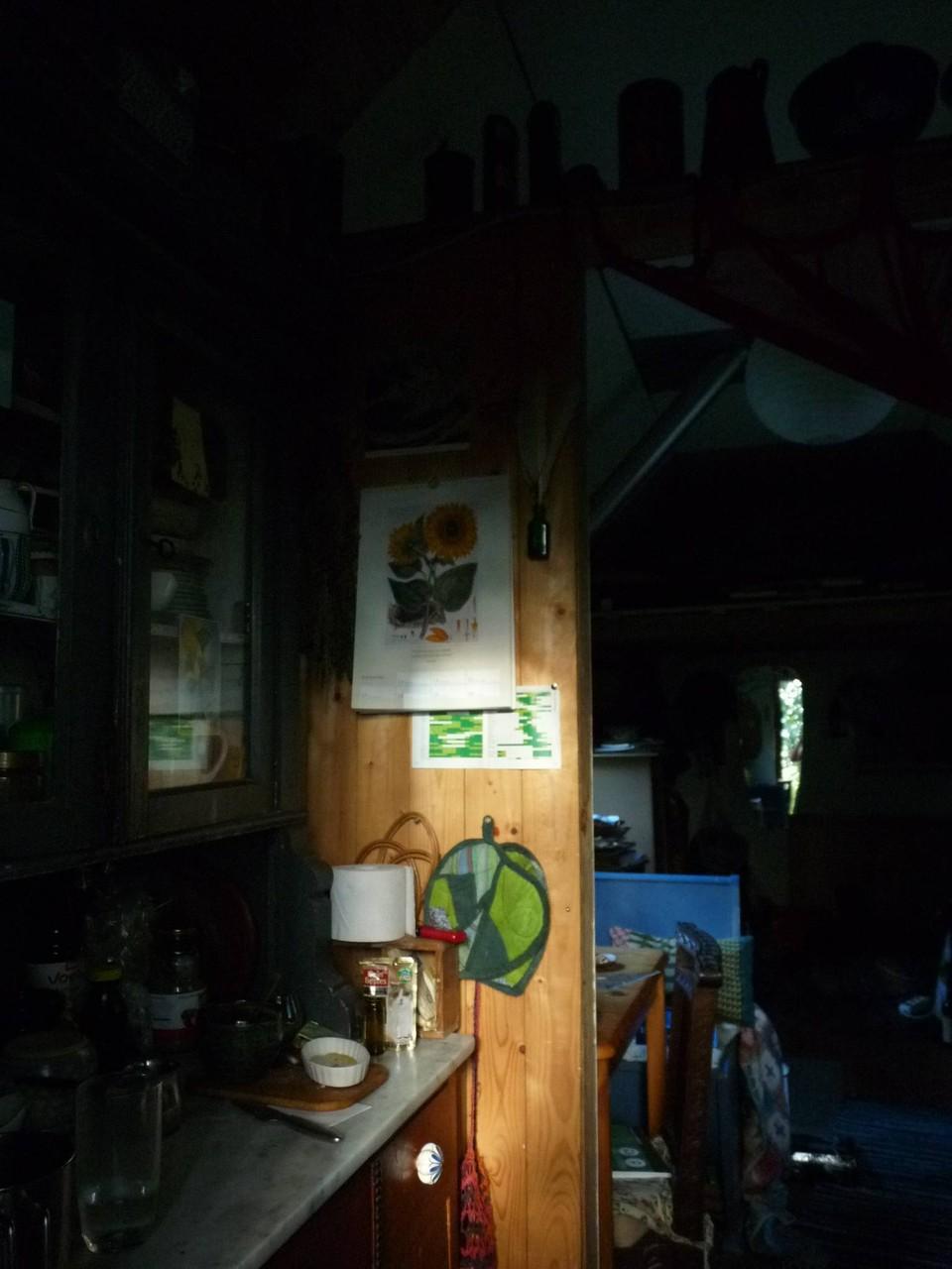 Ein Blick aus der Küche in den Hauptraum.