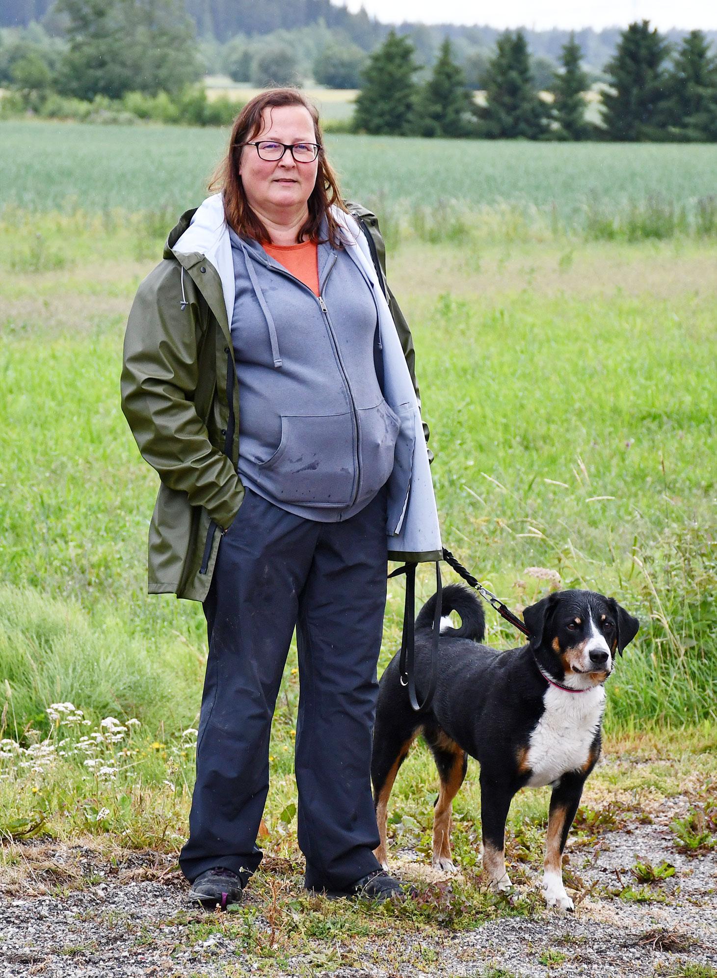 Taina Lestelin mit ihrem Hund.