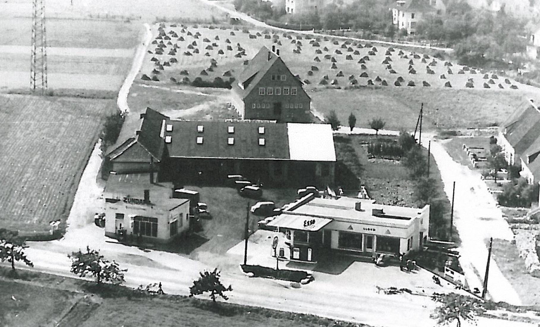 1953 - Im Vordergrund Disselkamp, dahinter Jugendheim, im Hintergrund die Straße Reidenbach