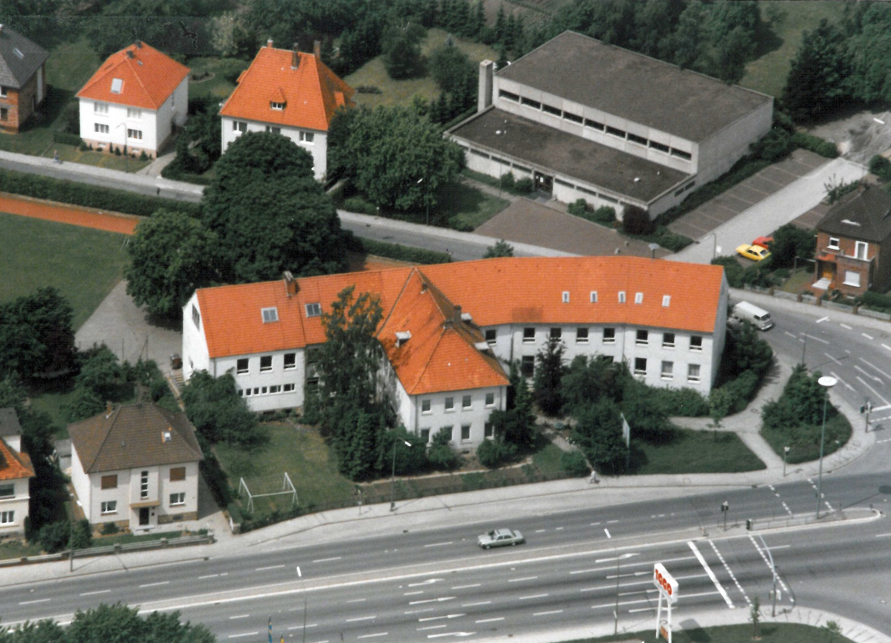 1985 Im Vordergrund Franz-Hecker-Schule, Turnhalle Iburger Str.