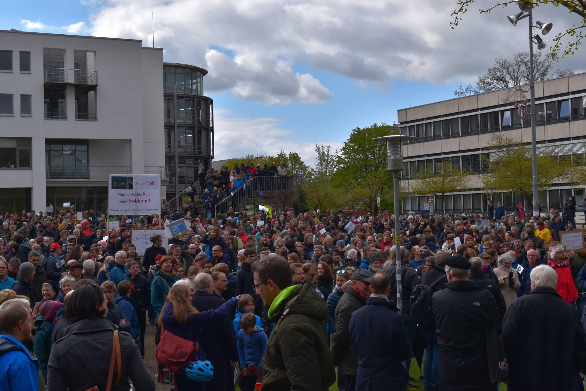 Demonstranten sammeln sich zur Abschlusskundgebung auf dem Platz der Göttinger Sieben. Foto: Hatice Karakus