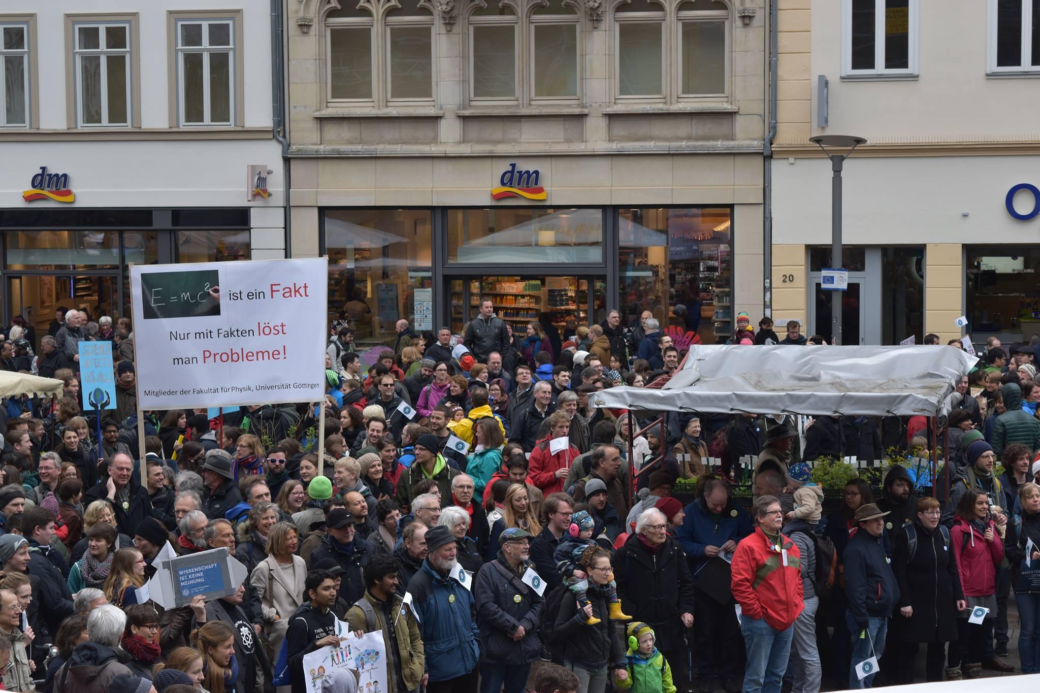 Demontsranten sammeln sich vor dem Alten Rathaus. Foto: Hatice Karakus